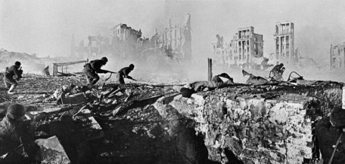 RIAN_archive_44732_Soviet_soldiers_attack_house